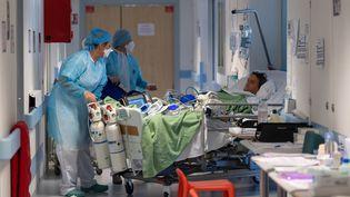 Un patient atteint du coronavirus est pris en charge à l'hôpital de Mulhouse, le 17 avril 2020. (PATRICK HERTZOG / AFP)