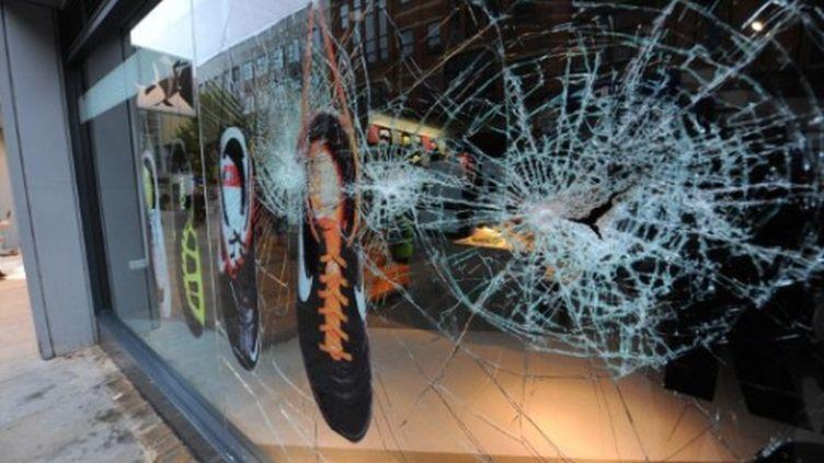 Vitre brisée d'un magasin de Manchester lors d'émeutes survenues le 9 août 2011 (AFP/ANDREW YATES)
