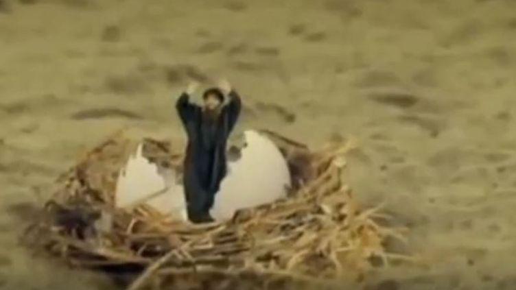 """Capture d'écran d'un extrait de la série parodique irakienne """"L'Etat des mythes"""", où le leader de l'Etat islamiqueAbou Bakr Al-Baghdadi sort d'un œuf. (IRAQIYA)"""