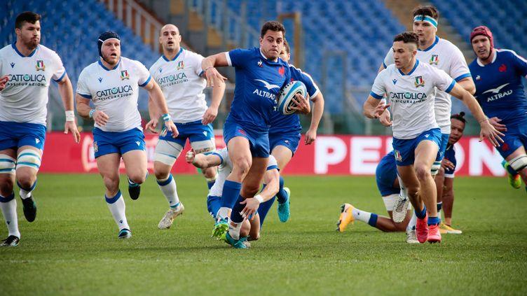Le trois-quarts centre Arthur Vincent seul avec tous les défenseur italiens à ses basques, à Rome le 6 février 2021 (NDERIM KACELI / NDERIM KACELI)