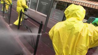 Après la Chine et la Corée du Sud, la campagne de désinfection des rues a désormais lieu en France. À Cannes, dans les Alpes-Maritimes, la désinfection du mobilier urbain a ainsi commencé mercredi 25 mars. (FRANCEINFO)
