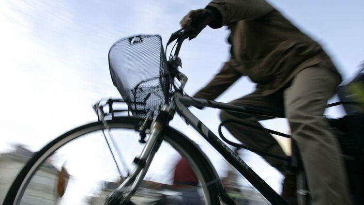 Un cycliste dans les rues de Nantes. (FRED DUFOUR / AFP)