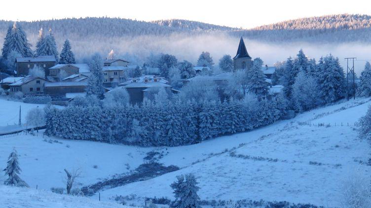 Les premières neiges sur le village de Tarentaise (Loire), le 24 novembre 2015. (CELIK ERKUL / MAXPPP)