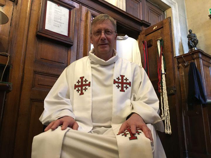 Le père Bruno Horaist, dans la sacristie de l'église de la Madeleine à Paris, le 6 juin 2018.  (RAPHAEL GODET / FRANCEINFO)