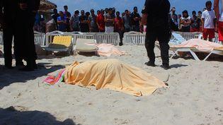 Les corps de victimes sur la plage après l'attaque contre un hôtel touristique à Sousse, dans l'est de la Tunisie. (STRINGER / ANADOLU AGENCY)