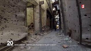 Le reporter de France 2,Franck Genauzeau, dans une rue d'Alep (Syrie), dans un reportage diffusé le 9 octobre 2016. (FRANCE 2)