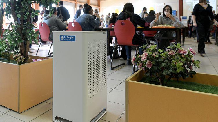 Présentation d'un nouveau dispositif de purification de l'air de la société Camfil dans la cantine du lycée professionnel Fernand Forest, à Saint-Priest (Auvergen-Rhône-Alpes), le 10 novembre 2020. (MAXIME JEGAT / MAXPPP)