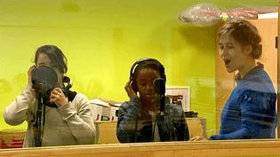 La chanteuse Léopoldinetransformela classe de quatrième du collège Diderot de Besançon en studio d'enregistrement  (France 3 / Culturebox)