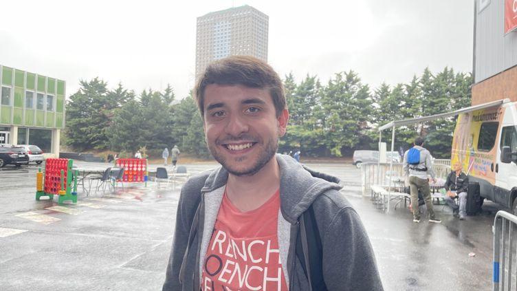 Julien, 26 ans, ingénieur en recherche d'emploi, à Paris. (MANON MELLA / FRANCEINFO)