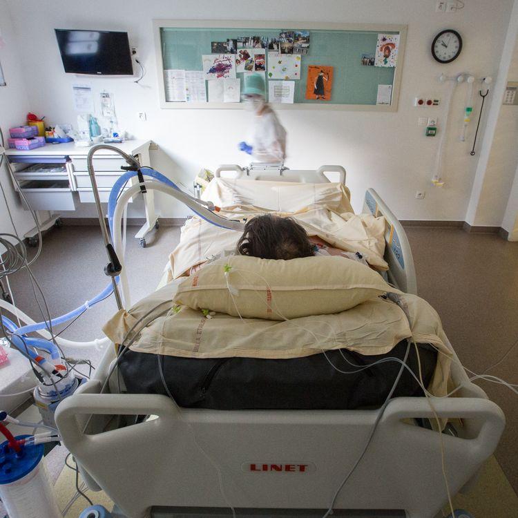 Une infirmière dans une chambre d'un patient atteint du coronavirus dans le service de réanimation de l'hôpital du CHU de Purpan, à Toulouse, en novembre 2020. (FREDERIC SCHEIBER / HANS LUCAS / AFP)