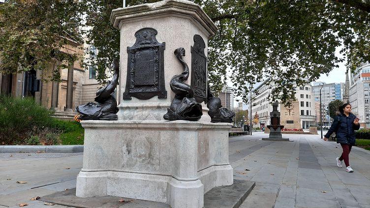 Un socle en pierre ébréché en plein centre-ville de Bristol.C'est tout ce qui reste du monument inauguré en 1895 à la mémoire d'Edward Colston, après que sa statue a été déboulonnée par des manifestants lors d'une rassemblement contre le racisme en juin 2020. (RICHARD PLACE / RADIO FRANCE)