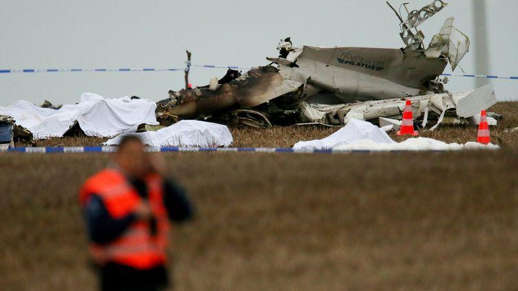 Les corps des victimes du crash d'un avion à Fernelmont (Belgique) sont alignés devant la carcasse de l'appareil, le 19 octobre 2013. (MAXPPP)