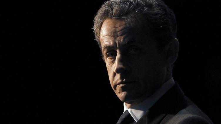 Nicolas Sarkozypatiente avant une émission télé,le 10 avril 2012. (KENZO TRIBOUILLARD / AFP)