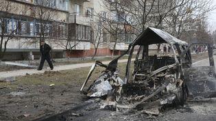 Un véhicule détruit par un bombardement, à Marioupol, en Ukraine, le 24 janvier 2015. (  REUTERS)