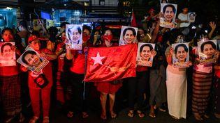 Des manifestants brandissent des portraits d'Aung San Suu Kyi, le 9 novembre 2020 à Rangoon (Birmanie). (AFP)