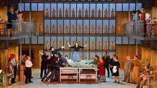 Marion Lebègue en Madame Favart entourée des membres du chœur de l'Opéra de Limoges. (STEFAN BRION)