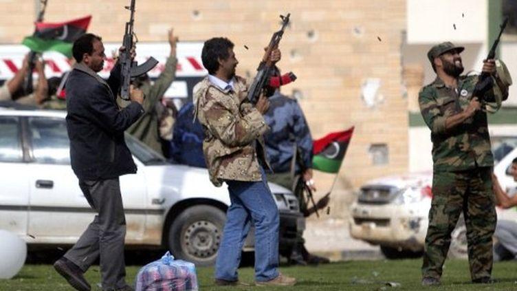 Les combattants du CNT ont tiré des tirs de joie après la prise de Bani Walid, le 17 octobre 2011. (MARCO LONGARI / AFP)