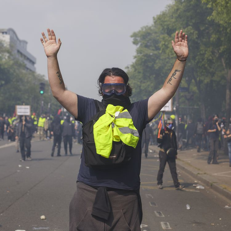 """Un """"gilet jaune"""", les mains en l'air, à Paris, le 1er mai 2019. (SHAY HORSE / AFP)"""