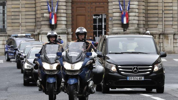 Des motards de la Garde républicaine escortent le véhicule transportant la dépouille d'Arnaud Beltrame à Paris le 27 mars 2018. (THOMAS SAMSON / AFP)