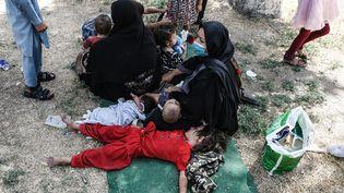 Une famille afghane réfugiée à Kaboul après avoir fui les combats entre l'armée et les talibans à Kundunz, le 10 août 2021. (WAKIL KOHSAR / AFP)