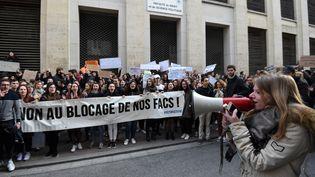Manifestation d'étudiants lundi 26 mars contre le blocage de la faculté de droit de Montpellier (Hérault). (SYLVAIN THOMAS / AFP)