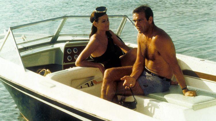 """Claudine Auger et Sean Connery, dans une scène d'""""Opération Tonnerre"""", sorti en 1965. (REX FEATURES / SIPA)"""