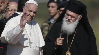 Le pape François etle patriarche de Constantinople Bartholomée, à Lesbos (Grèce), le 16 avril 2016. (ALKIS KONSTANTINIDIS / REUTERS)