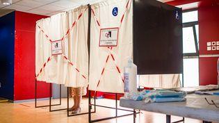 Les restrictions sanitaires liées au Covid-19 étaient bien visibles dans ce bureau de vote de Perpignan (Pyrénées-Orientales), le 20 juin 2021, pour le premier tour des élections régionales et départementales. (ARNAUD LE VU / HANS LUCAS / AFP)