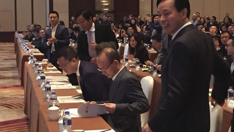 Le PDG de Fosun, Guo Guangchang (2e en partant de la droite), le 14 décembre 2015 à Shanghai (Chine). (CHINA STRINGER NETWORK / REUTERS)