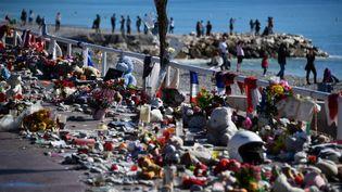 Cette photo prise le 15 octobre 2016, montre des bougies, des jouets et des fleurs déposés sur la promenade des Anglais, à Nice, à l'occasion d'un hommage aux victimesde l'attaque terroriste dans laquelle un camion a foncé dans la foule qui assistait aux fêtes du 14 juillet. (ANNE-CHRISTINE POUJOULAT / AFP)