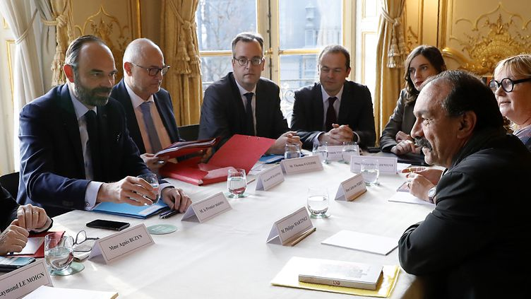 Le Premier ministre Edouard Philippe (gauche) et le chef de file de la CGT, Philippe Martinez (droite) à Matignon, à Paris, le 18 décembre 2019. (THOMAS SAMSON / AFP)