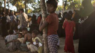 Des jeunes Rohingyas font la queue pour obtenir des secours dans un camp de réfugiés àCox's Bazar, au Bengladesh, le 27 novembre 2017. (ED JONES / AFP)