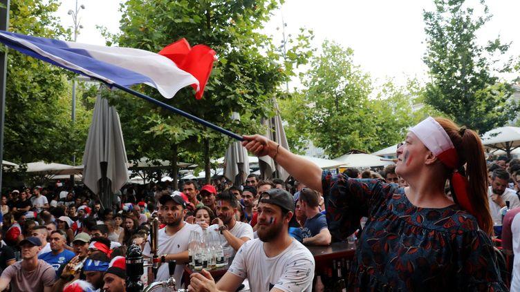 Place Pie, à Avignon, des supporters français et belges regardent le match de demi-finale de la Coupe du monde le 10 juillet 2018. (ANGELIQUE SUREL / MAXPPP)