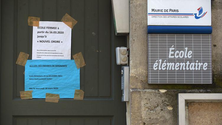 La façade d'une école élementaire à Paris, le 16 avril 2020. (ERIC PIERMONT / AFP)