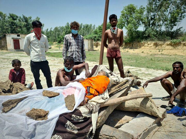 Ces villageois indiens se sont cotisés pour pouvoir brûler le corps d'une vieille femme, le 6 juin 2021. (COME BASTIN / RADIO FRANCE)