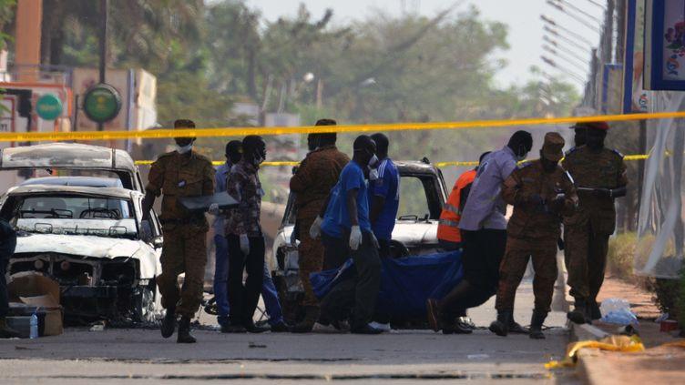 Des corps sont évacués de l'hôtel Splendid et du café-restaurant le Cappuccino après une attaque jihadiste à Ouagadougou (Burkina Faso), le 16 janvier 2016. (ISSOUF SANOGO / AFP)