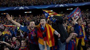 Des supporters barcelonais fêtent la victoire de leur équipe, le 8 mars 2017, dans leur stade du Camp Nou (Espagne). (ALBERT LLOP / ANADOLU AGENCY / AFP)