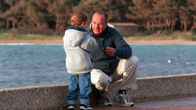 Jacques Chirac et son petit-fils, le 23 avril 2000 au fort de Brégançon (Var). (HADJ/SIPA / SIPA)