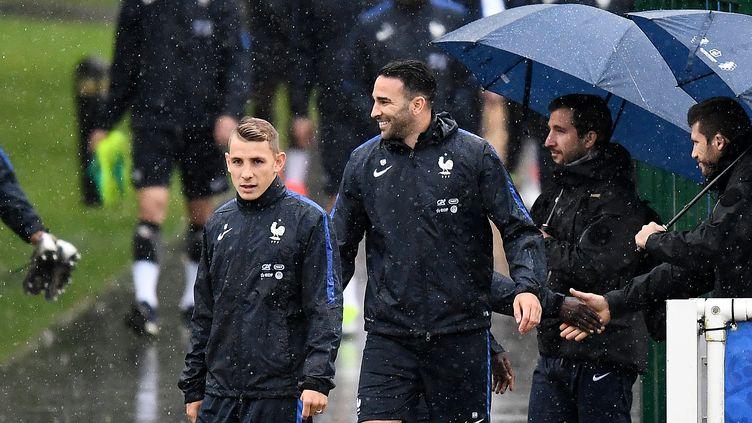 Les Français sous la pluie de Clairefontaine pour l'entraînement (FRANCK FIFE / AFP)