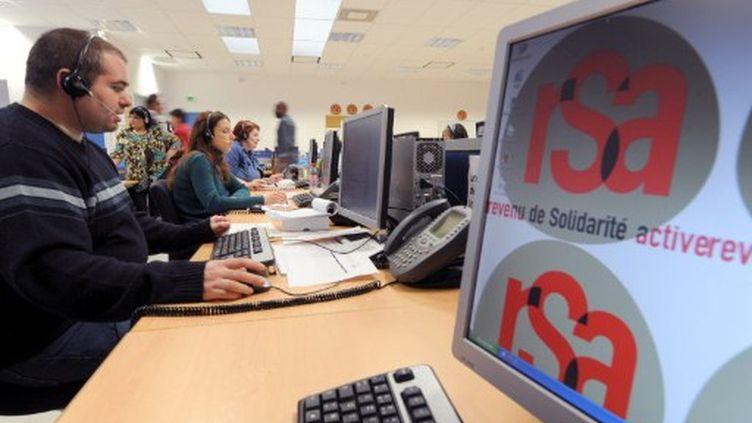 Des téléopérateurs répondent aux questions de milliers de français sur le revenu de solidarité active (RSA), le 27 avril 2009 au Mans. (JEAN-FRANCOIS MONNIER / AFP)