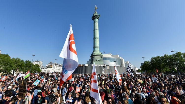 Les participants de la Fête à Macron réunis place de la Bastille, à Paris, le 5 mai 2018. (GERARD JULIEN / AFP)