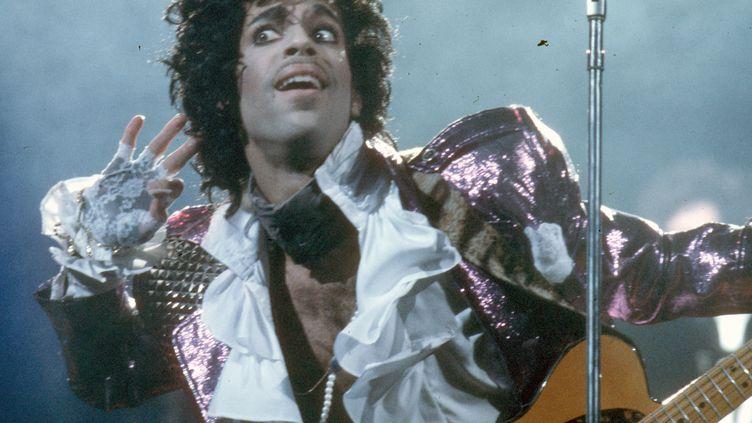 Le musicien Prince en concert à Inglewood (Californie, Etats-Unis), le 19 février 1985. (MICHAEL OCHS ARCHIVES / GETTY IMAGES)