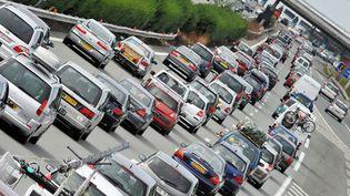Des véhicules pris dans les embouteillages au niveau du péage de Virsac (Gironde), le 16 août 2008. (PIERRE ANDRIEU / AFP)