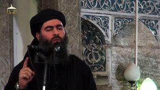 Image diffusée le 5 juillet 2014 montrant le leader du califat autoproclamé de l'Etat islamique, Abou Bakr Al-Baghdadi, dans une mosquée de Mossoul, en Irak. (AL-FURQAN MEDIA / AFP)