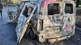 Une voiture de gendarmerie a été incendiée en marge de la rave party.  (LEO ROZE / RADIOFRANCE)