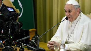 Le pape François lors d'une conférence vidéo au Vatican, le 5 février 2015. (ANDREAS SOLARO / AFP)