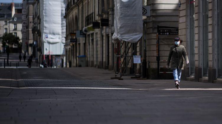 Une femme portant un masque, dans les rues de Nantes (Loire-Atlantique), le 29 mars 2020. (LOIC VENANCE / AFP)