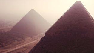 """Leplateau de Gizeh (Egypte), où se situe la pyramide de Khéops, dans le documentaire """"Khéops : mystérieuses découvertes"""" (BONNE PIOCHE)"""