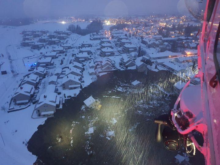 Une vue aérienne de la catastrophe depuis un hélicoptère des secouristes norvégiens, le 30 décembre 2020, après le glissement de terrain survenu à Ask (Norvège). (HOVEDREDNINGSSENTRALEN / NTB / AFP)