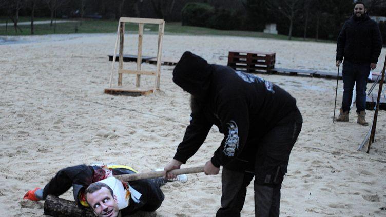 """Un pantin à l'effigie du président Emmanuel Macron est décapité, vendredi 21 décembre 2018, lors d'une manifestation de """"gilets jaunes"""" à Angoulême (Charente). (MAXPPP)"""